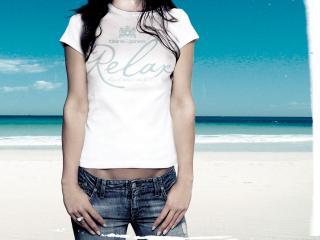 обои Белая футболка с надписью Relax и джинсы фото