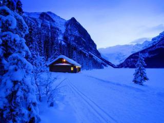 обои Зимний домик в горах,   поздним вечером фото