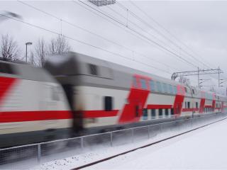 обои Красно-белый поезд на полной скорости фото