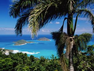 обои Вид на побережье городка и острова в голубом тропическом море фото