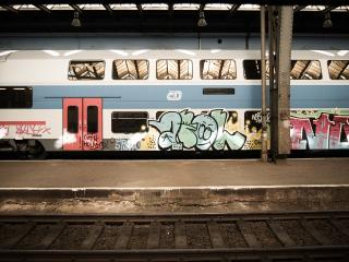 обои Разрисованный поезд метро фото