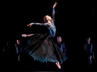 обои Прыжок классической балерины фото