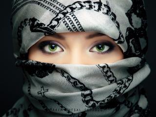 обои Красивая шахидка с зелеными глазами фото
