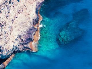 обои Глубокое синее море и крутой берег фото