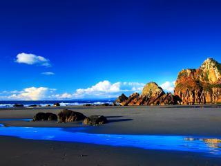 обои Скалы на песчаном пляже фото