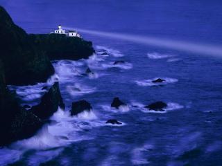 обои Маяк на скале светит в темноте фото