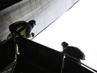 обои Два парашутиста готовятся к прыжку фото
