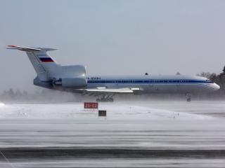 обои Ту-154К на зимнем аэродроме