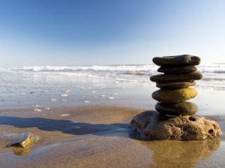 обои Стопка камней на берегу фото