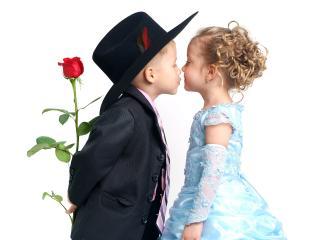 обои Поцелуй на первом свидинии фото