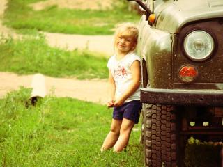 обои Девочка у машины уаз фото