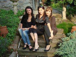 обои Три подруги сидят на ступеньках фото