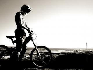 обои для рабочего стола: Велогонщик в шлеме с велосипедом черно белый фон