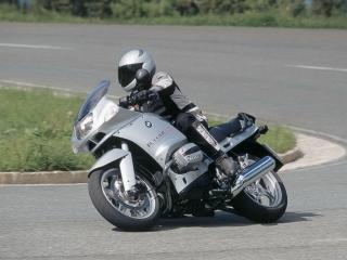 обои Серый мотоцикл БМВ на повороте фото