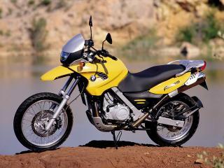 обои Желтый мотоцикл БМВ на бурой земле фото