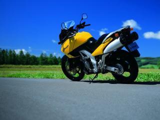 обои Мотоцикл Сузуки у края дороги фото