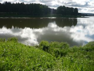 обои Зеркальное озеро с зелеными берегами фото