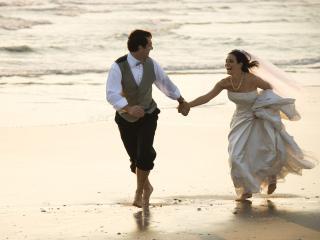 обои Свадьба,   жених невеста на берегу  моря фото