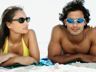 обои Девушка и парень на пляже фото
