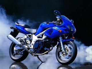 обои Синий мотоцикл Сузуки на фоне задымления фото