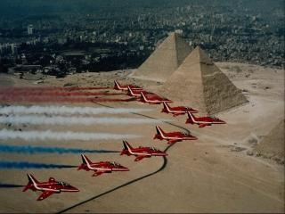 обои Красные самолеты формируют цвета флага в воздухе фото