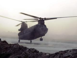 обои Взлетающий вертолет с двумя пропеллерами фото