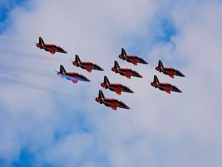 обои Группа красных самолетов в небе фото
