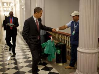 обои Обама приветствие с уборщиком фото
