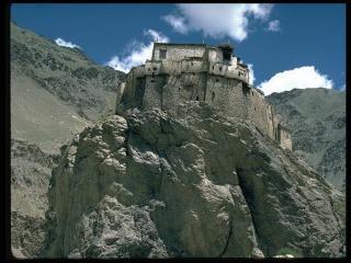 обои Каменное строение на скале фото