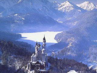 обои Белый замок в заснеженных горах фото