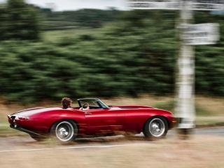 обои Красный  Jaguar-E-Type  на скорости фото