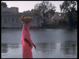 обои Индианка в розовой одежде у речного берега фото