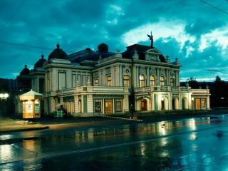 обои Здание театра дождливым рассветом фото
