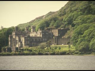обои Готический замок на берегу реки фото