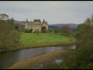 обои Большой замок недалеко от реки фото