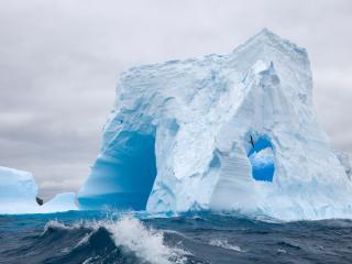 обои Айсберг  в океане Антарктики фото