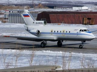 обои Рабочие будни самолета ЯК-40 фото