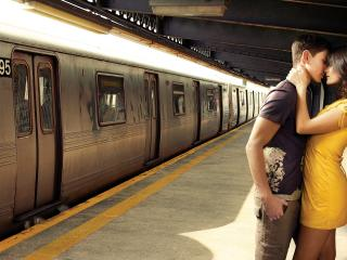 обои Парень и девушка в метро фото