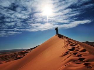 обои Пустыня человек на бархане фото