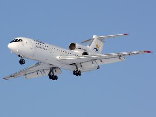 обои Белый пассажирский самолет ЯК-40Д фото