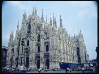 обои Готическое здание упирается шпилями в небо фото