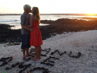 обои Поцелуй влюблённых подростков фото