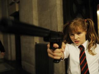 обои Девочка с пистолетом фото