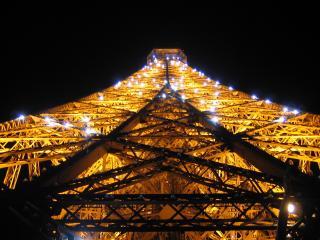 обои Ночное освещение телевизионной башни фото