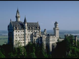 обои Аккуратный замок с остроконечными шпилями фото