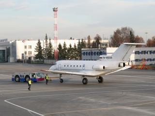 обои Тягач взял самолет на буксир фото