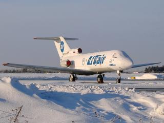 обои Самолет ЯК-40 на фоне снежных сугробов фото