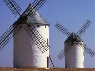 обои Две белые ветряные мельницы с черными крышами фото