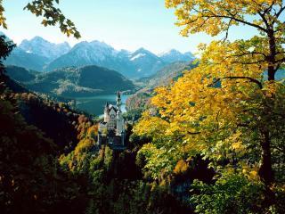 обои Немецкий замок Нойшванштайн осенней порой фото