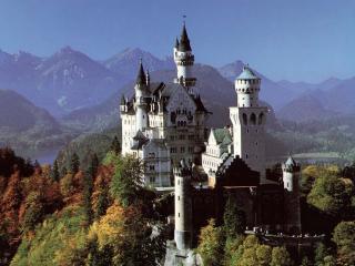 обои Замок на вершине горы в лесу фото